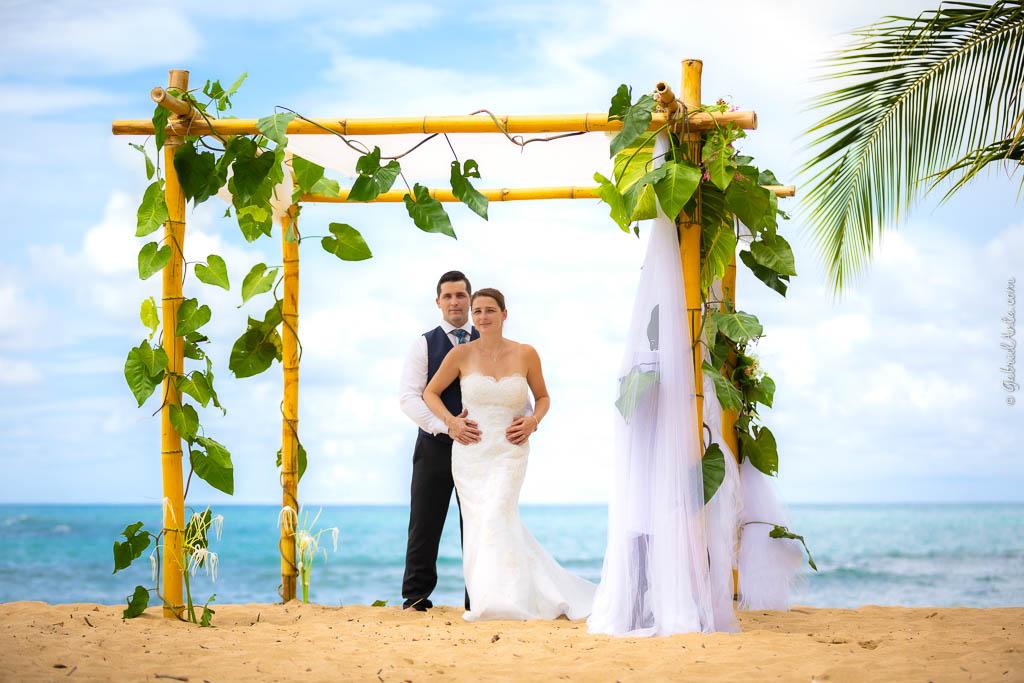 Bodas Sencillas y Originales en la Playa con Arco de 4 columnas